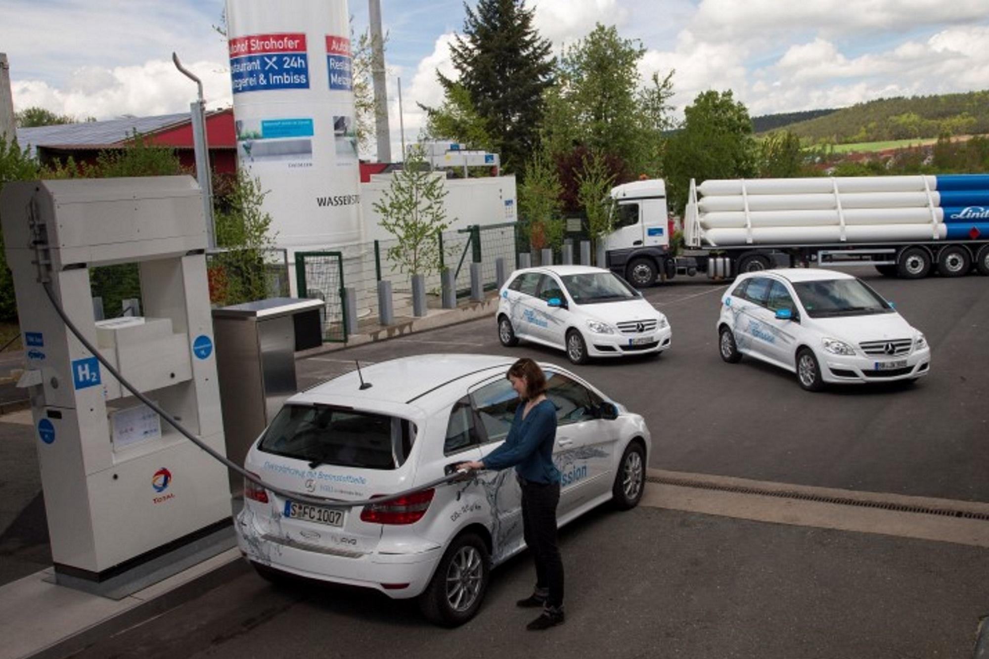 Tankstelle für Brennstoffzellenauto - Wasserstoff am Rande der Autobahn