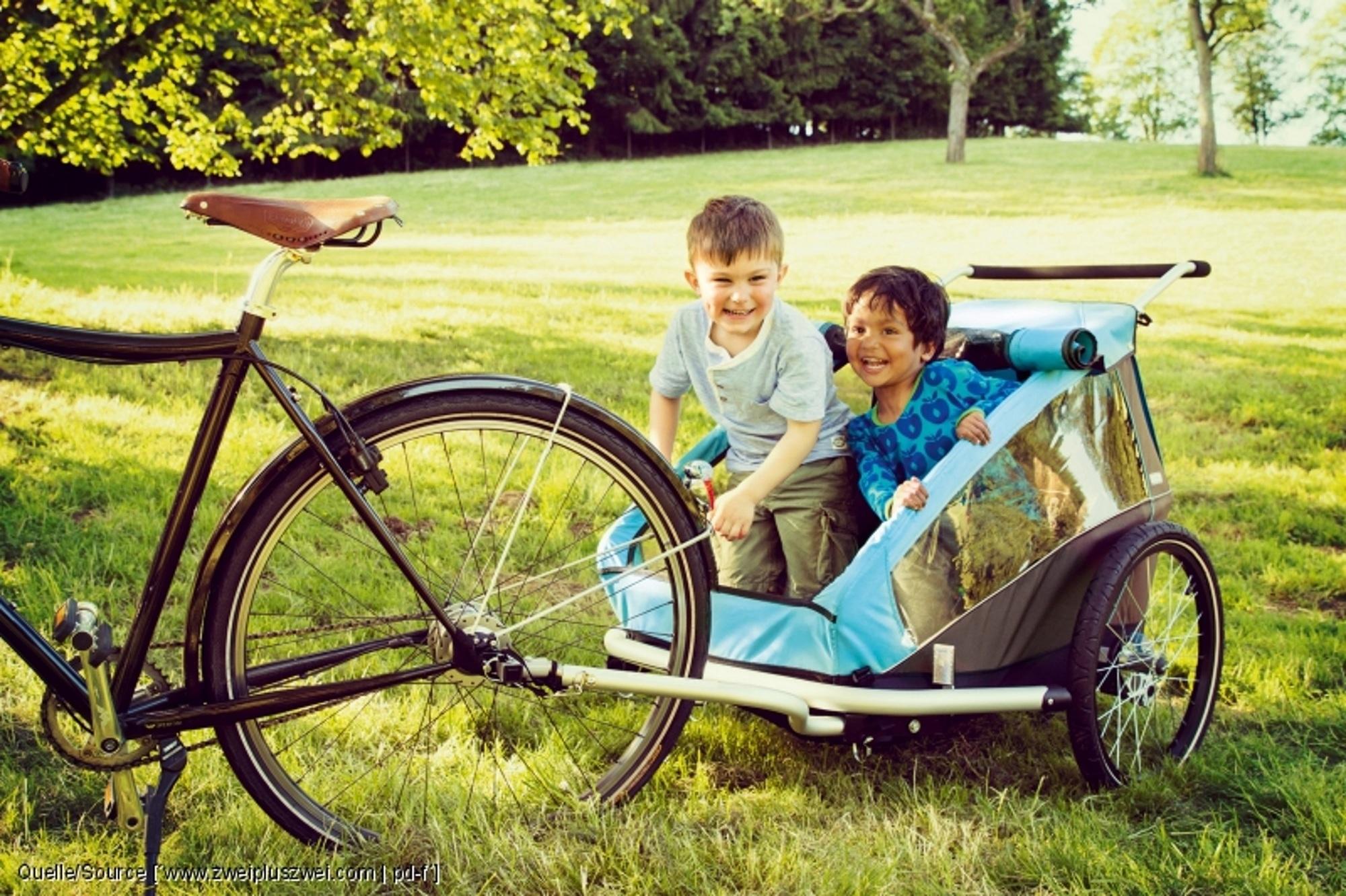 Ratgeber: Fahrradtour mit kleinen Kindern - Hinten drauf oder hinten dran?