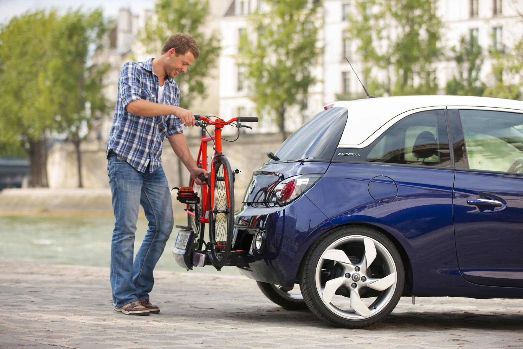 mid Düsseldorf - Komfortabel ist der Radtransport am Autoheck. Besonders einfach wird der Transport, wenn die Halterung bereits wie bei Opel Adam im Stoßfänger integriert ist.