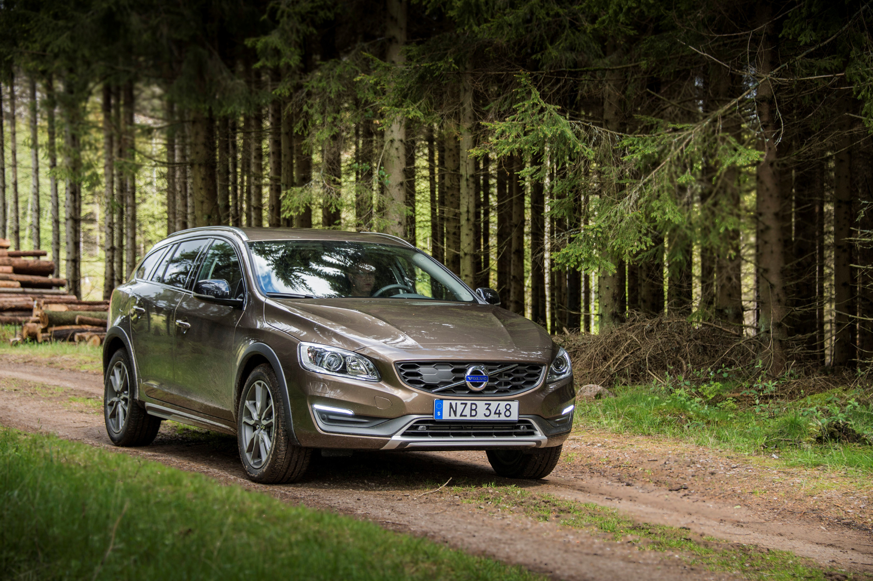 mid Düsseldorf - Die Cross-Country-Modelle von Volvo wie der V60 kommen dank erhöhter Bodenfreiheit und optionalem Allrad-Antrieb auch abseits befestigter Straßen bestens zurecht.