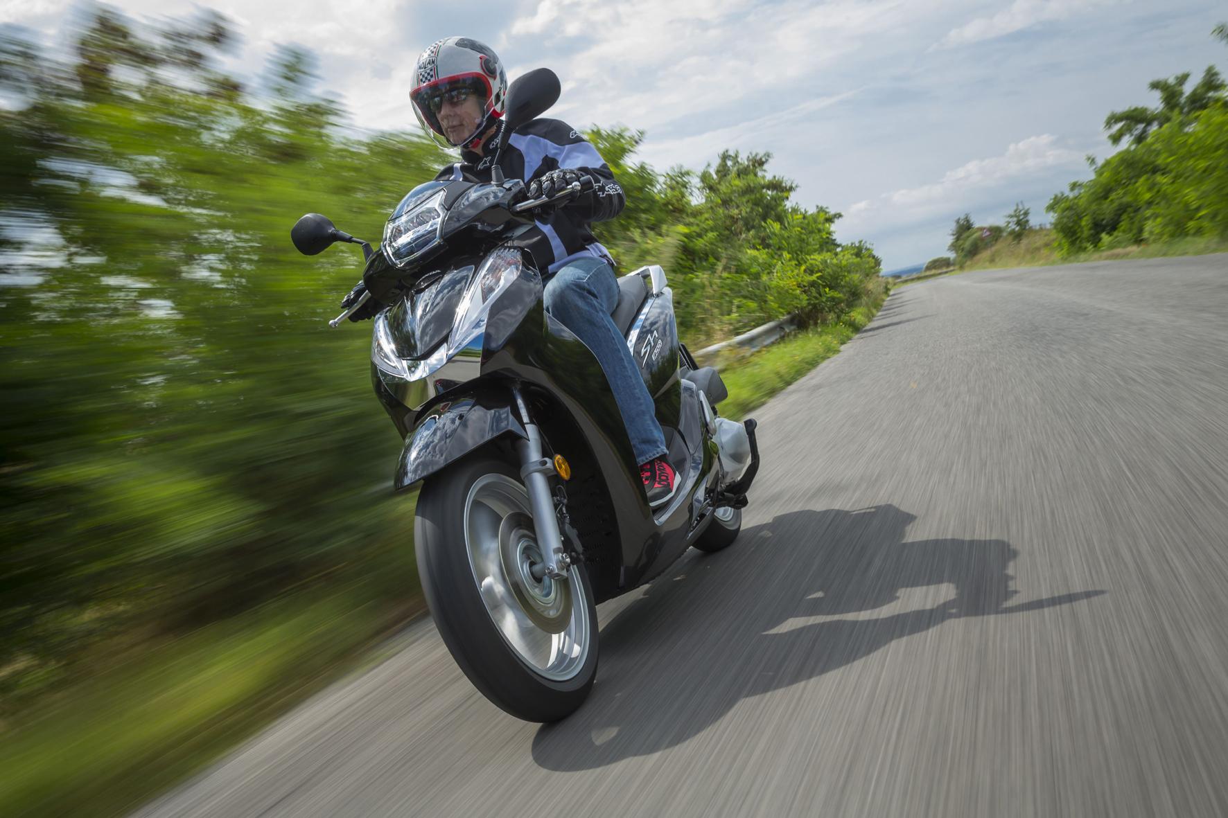 mid Rom - Der überarbeitete Roller Honda SH300i tritt jetzt mit einem neuem Rahmen, überarbeitetem Triebwerk sowie verbesserter Lichttechnik an.
