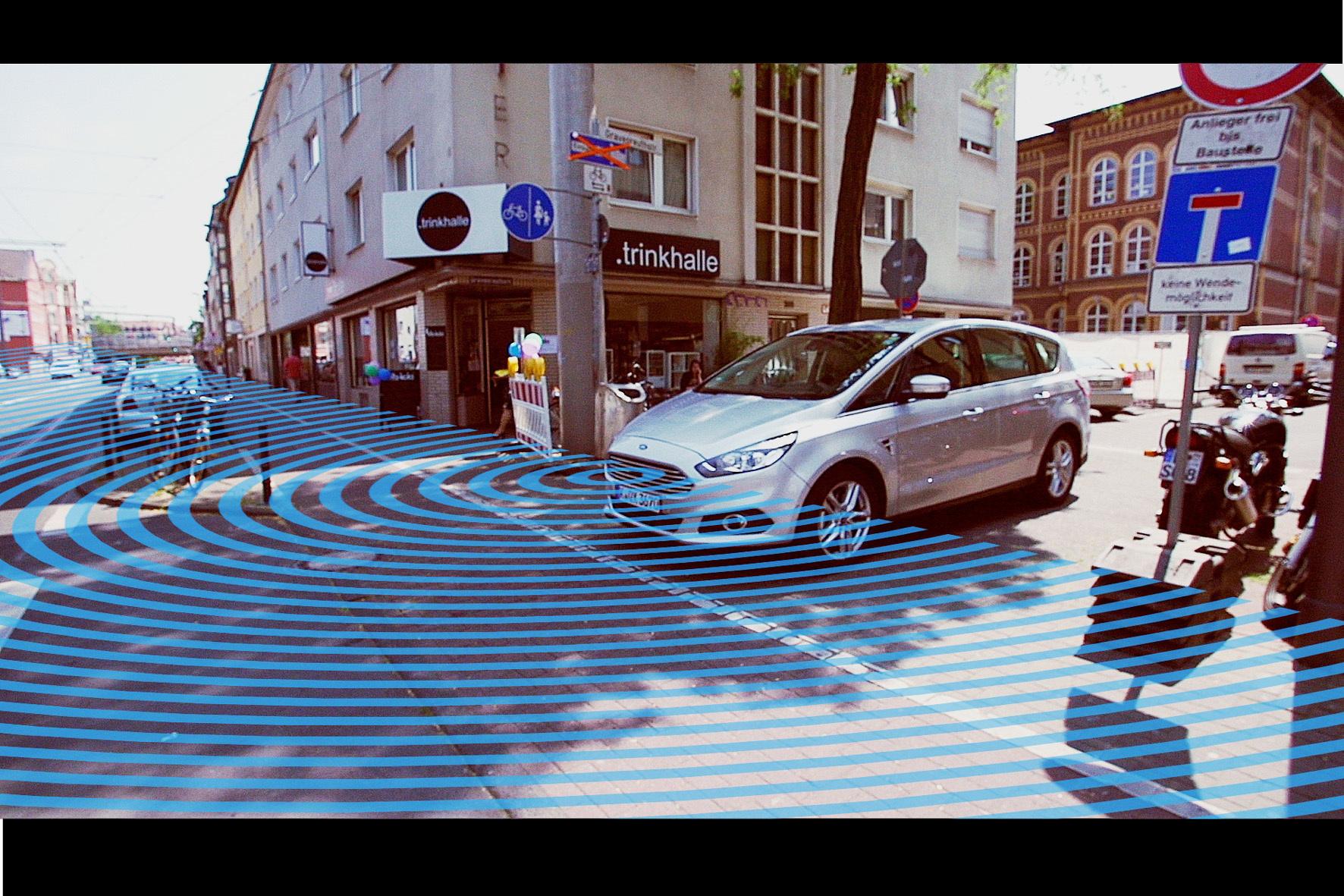 mid Köln - Das von Autobauer Ford entwickelte magische Auge kann um die Ecke gucken. Damit sollen gefährliche Situationen mit dem seitlich nahenden Straßenverkehr frühzeitig erkannt und so vermieden werden.