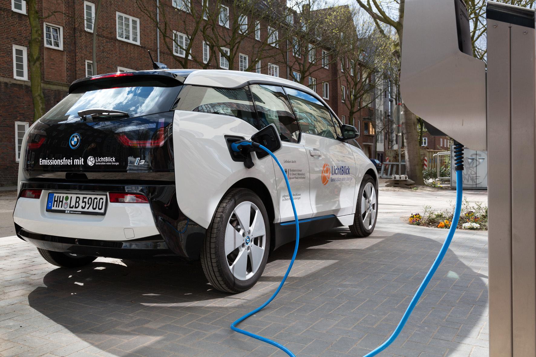 mid Düsseldorf - Fahrer von Elektroautos sollen künftig mit ihrem Fahrzeug Geld verdienen können, indem sie es Stromanbietern als Zwischenspeicher zur Verfügung stellen.