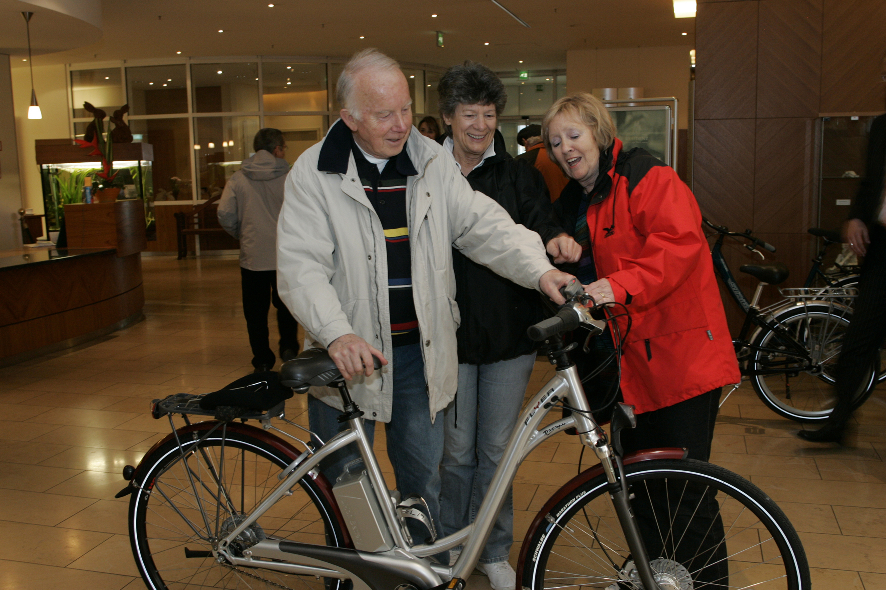 mid Düsseldorf - Damit ältere Radfahrer mit E-Bikes zurecht kommen, empfehlen Verkehrsexperten eine intensive Beratung durch den Händler und einen Trainingskurs.