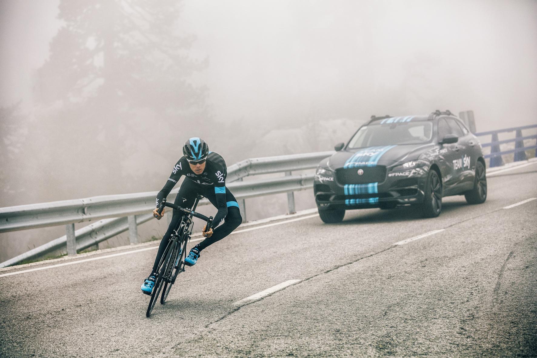 mid Düsseldorf - Beim Auftakt der Tour de France unterstützt ein Jaguar F-Pace das Team Sky als Versorgungsfahrzeug.