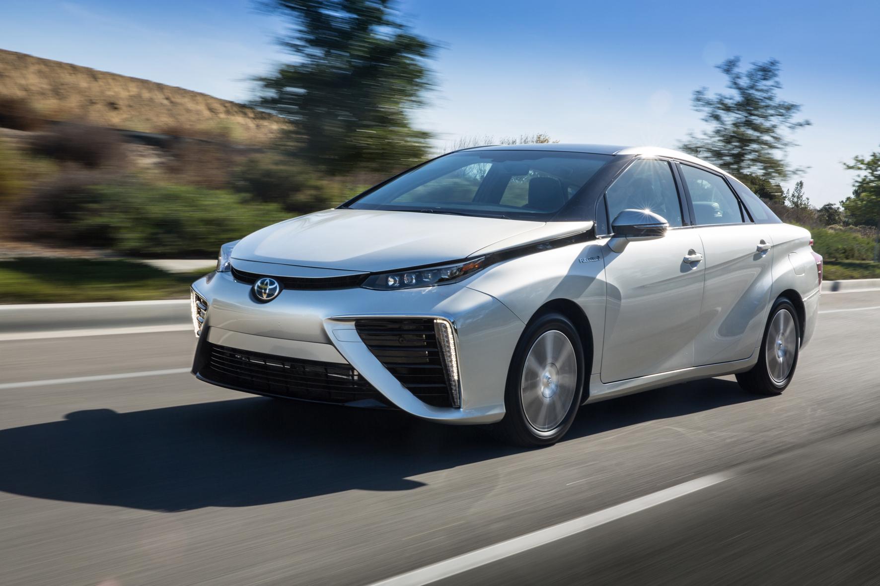 mid Köln - Der Toyota Mirai nutz eine Brennstoffzelle als Antrieb und verbraucht dabei 0,76 Kilogramm Wasserstoff je 100 Kilometer.