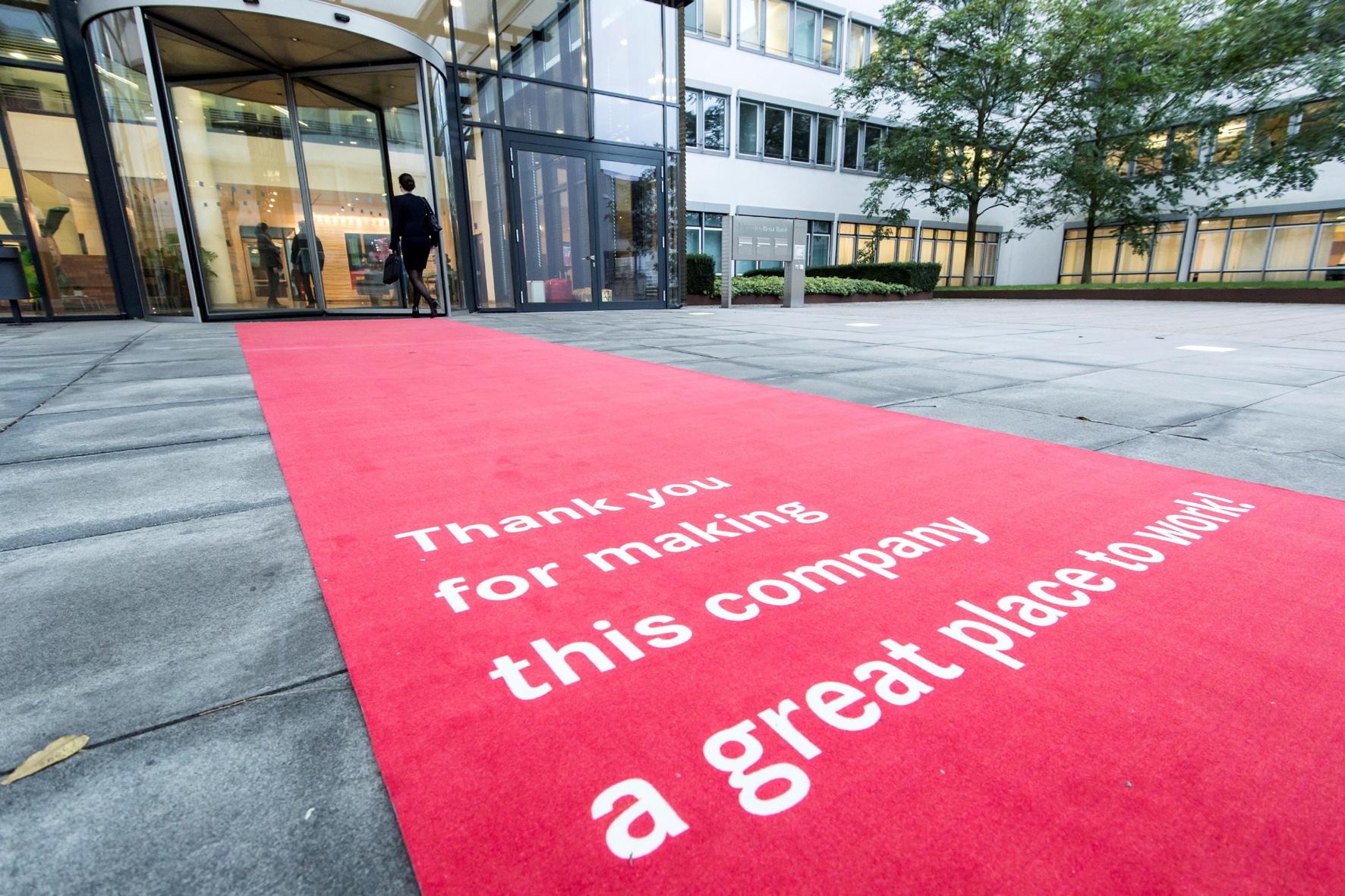 mid Düsseldorf - Daimler rollt zum 25-jährigen Bestehen seiner Dienstleistungssparte für die Kunden den roten Teppich aus: Dank der Finanzdienstleistungen könnten sich noch mehr Kunden ihren Traum vom eigenen Mercedes erfüllen.