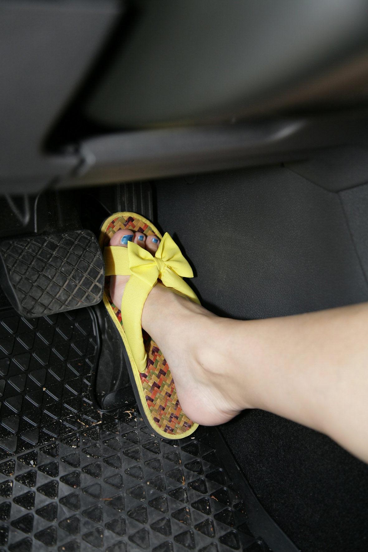 mid Düsseldorf - Nicht verboten, aber auch nicht empfehlenswert: Autofahren mit Flip-Flops oder Sandalen.