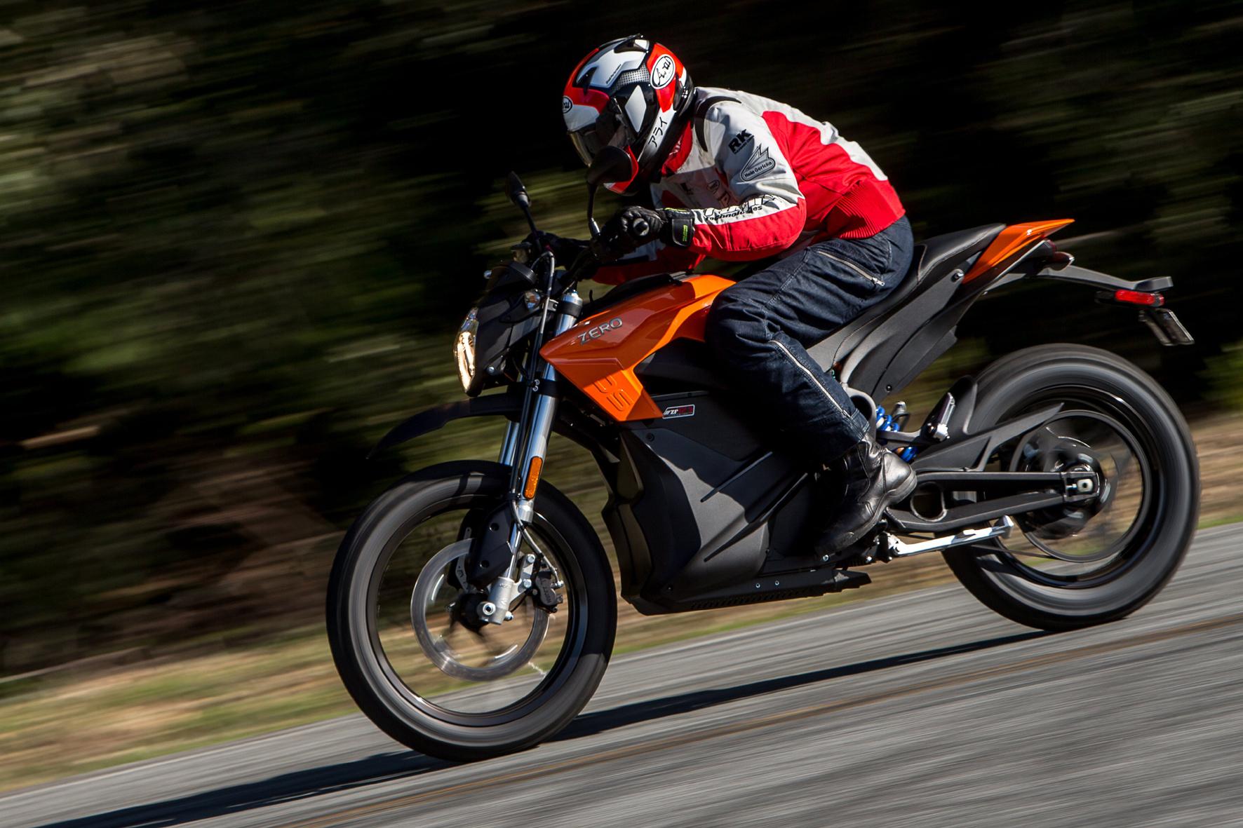 mid Santa Cruz/Kalifornien - Flott unterwegs: Das E-Motorrad Zero S ist in der Spitze 153 km/h schnell. Das macht sie voll autobahntauglich.