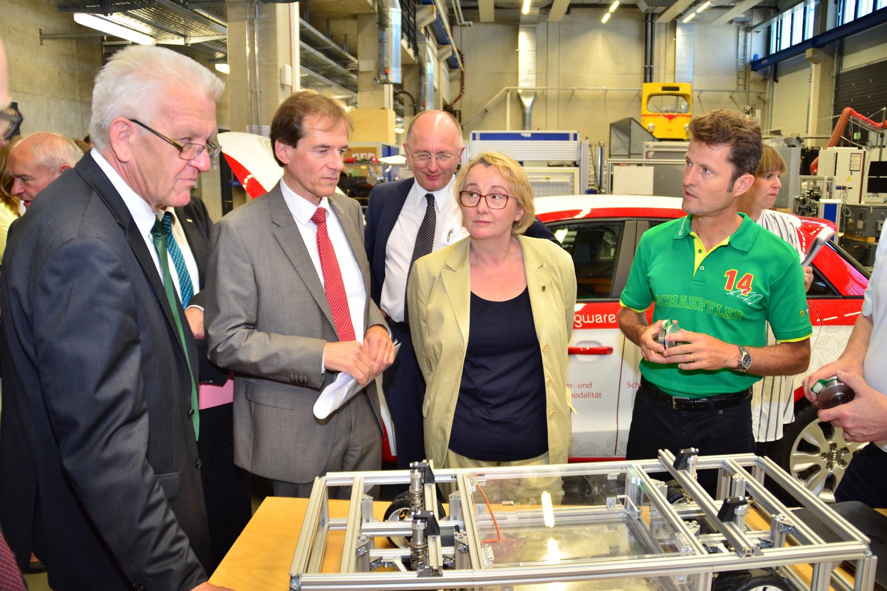 "mid Düsseldorf - Baden-Württembergs Ministerpräsident Winfried Kretschmann (links) informierte sich am KIT unter anderem über das Projekt ""e²-Lenk"", eine neuartige Lenkkraftunterstützung für Elektrofahrzeuge."