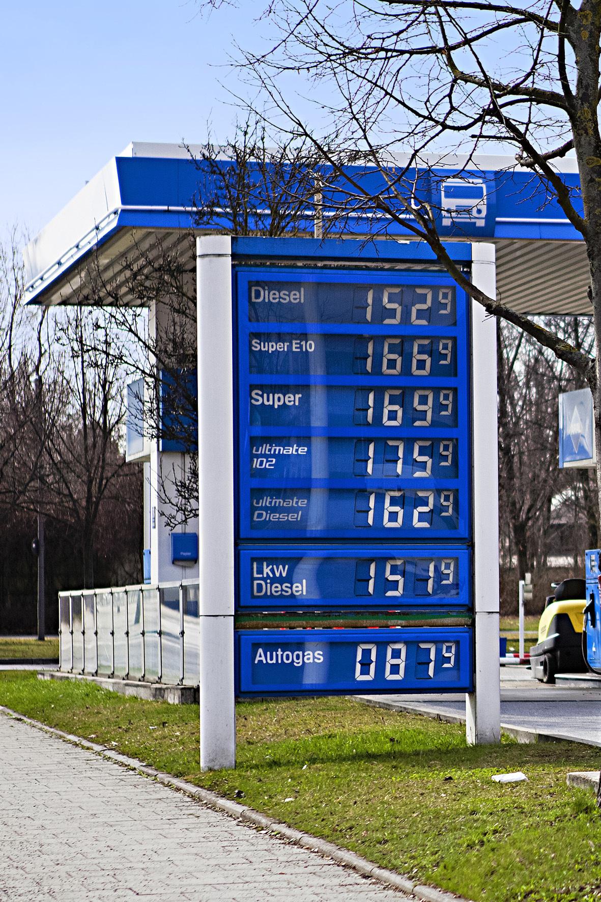 mid Düsseldorf - Die Kraftstoff-Preise an der Tankstelle unterliegen je nach Tageszeit großen Schwankungen. Mit Abstand am höchsten sind sie laut dem AvD nachts.
