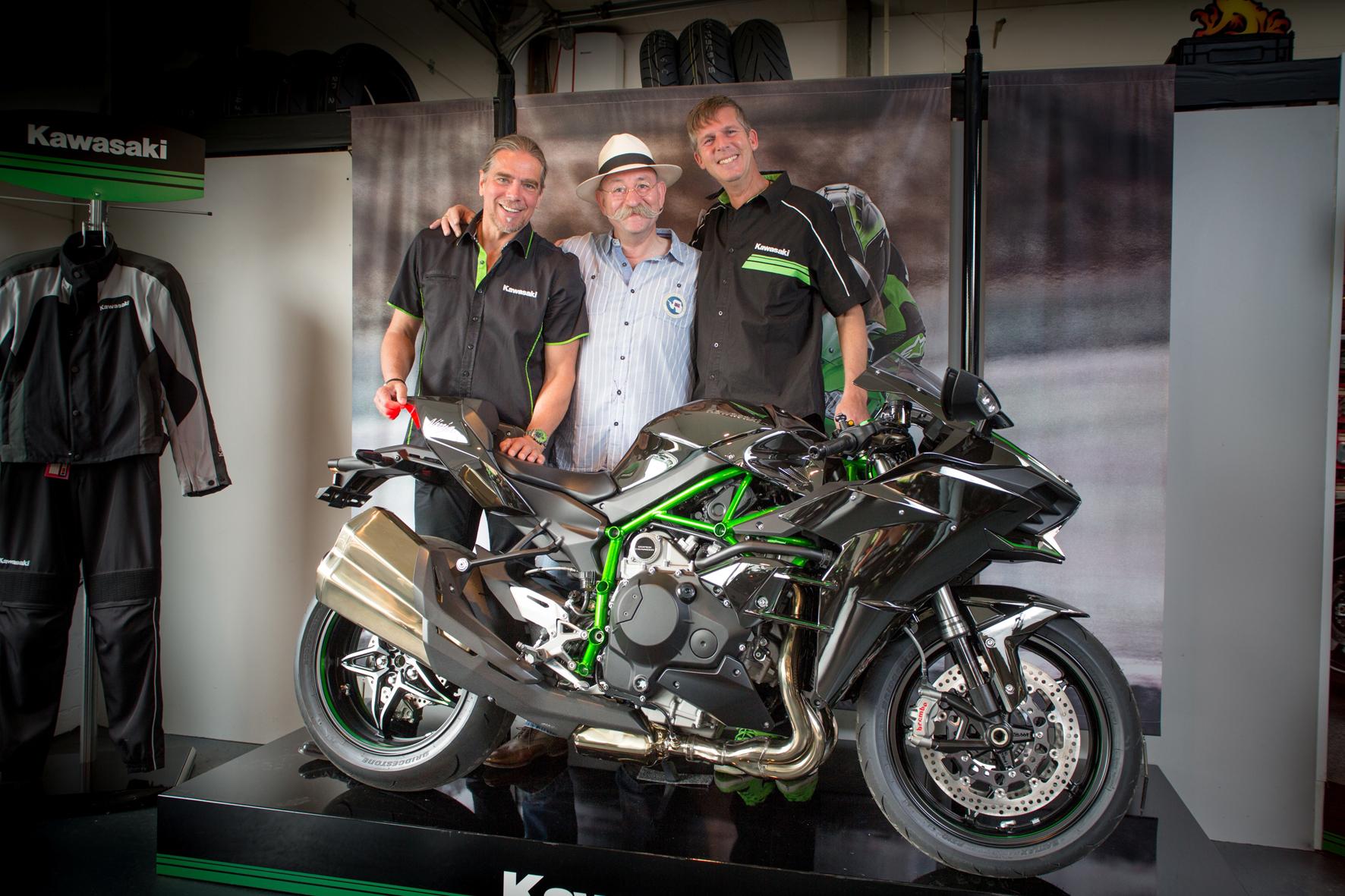 mid Düsseldorf - Horst Lichter freut sich über den neuesten Zugang in seiner Garage: eine Kawasaki Ninja H2 mit 200 PS und 320 km/h Topspeed.