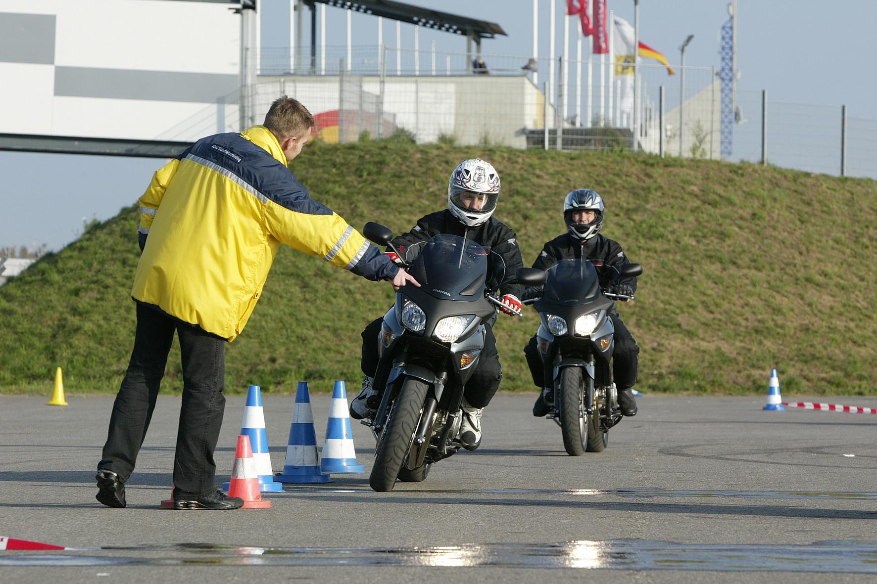 mid Düsseldorf - Nicht nur für Anfänger: Ein Fahrertraining zum Beginn der Motorrad-Saison macht auch für langjährige Biker Sinn.