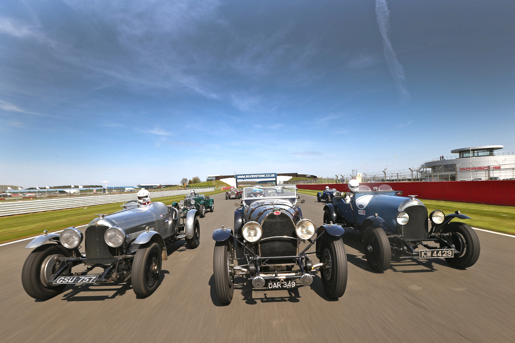 mid Düsseldorf - Bei der diesjährigen Silverstone Classic gehen anlässlich des 25. Geburtstags des Rennsport-Events einige ganz besondere Autoschätze von Bentley an den Start.