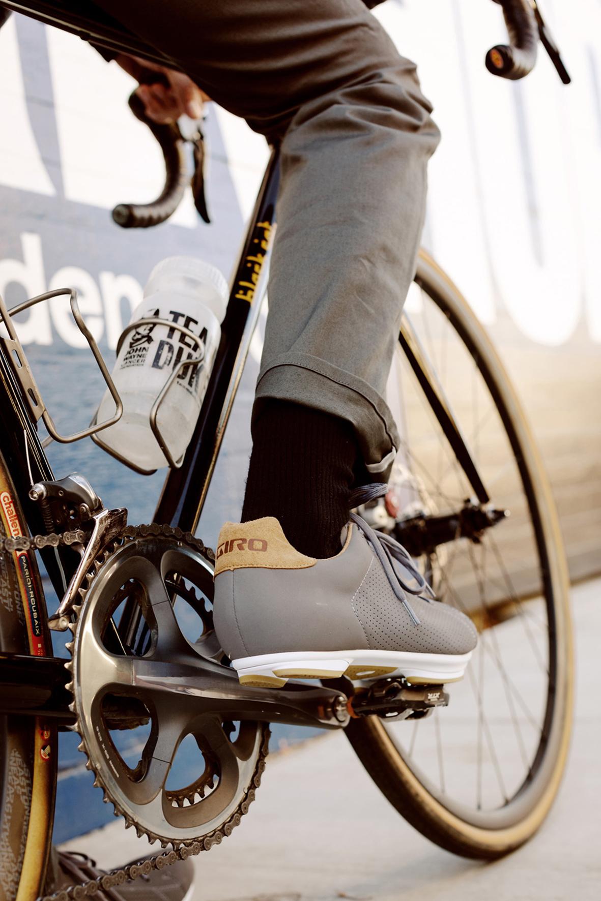 mid Düsseldorf - Ausgestattet mit den richtigen Accessoires kommen Fahrradkette und Bekleidung erst gar nicht miteinander in Berührung.