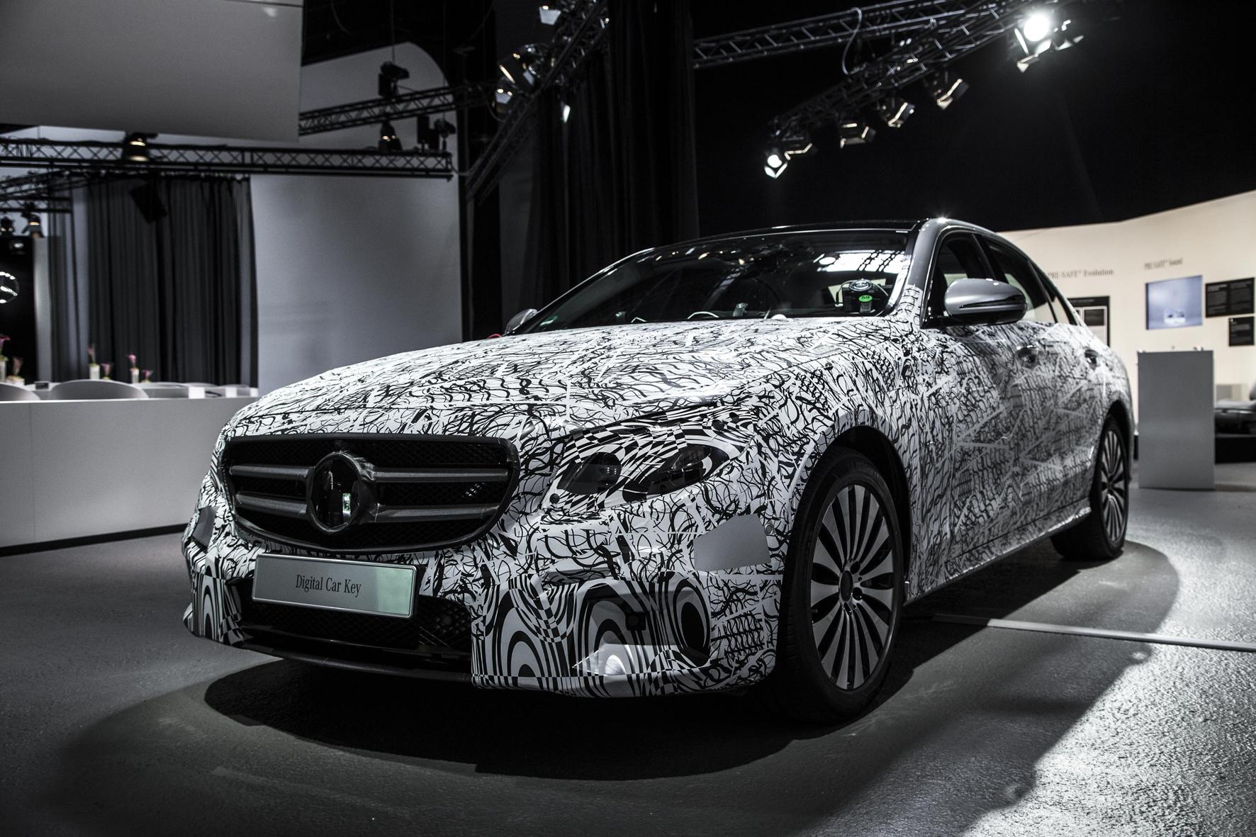 mid Sindelfingen - Die neue E-Klasse von Mercedes-Benz startet im kommenden Jahr mit einer ganzen Reihe neuer Assistenz-Systeme, die Daimler bereits jetzt anhand eines Erlkönigs im Tarnanzug präsentiert hat.