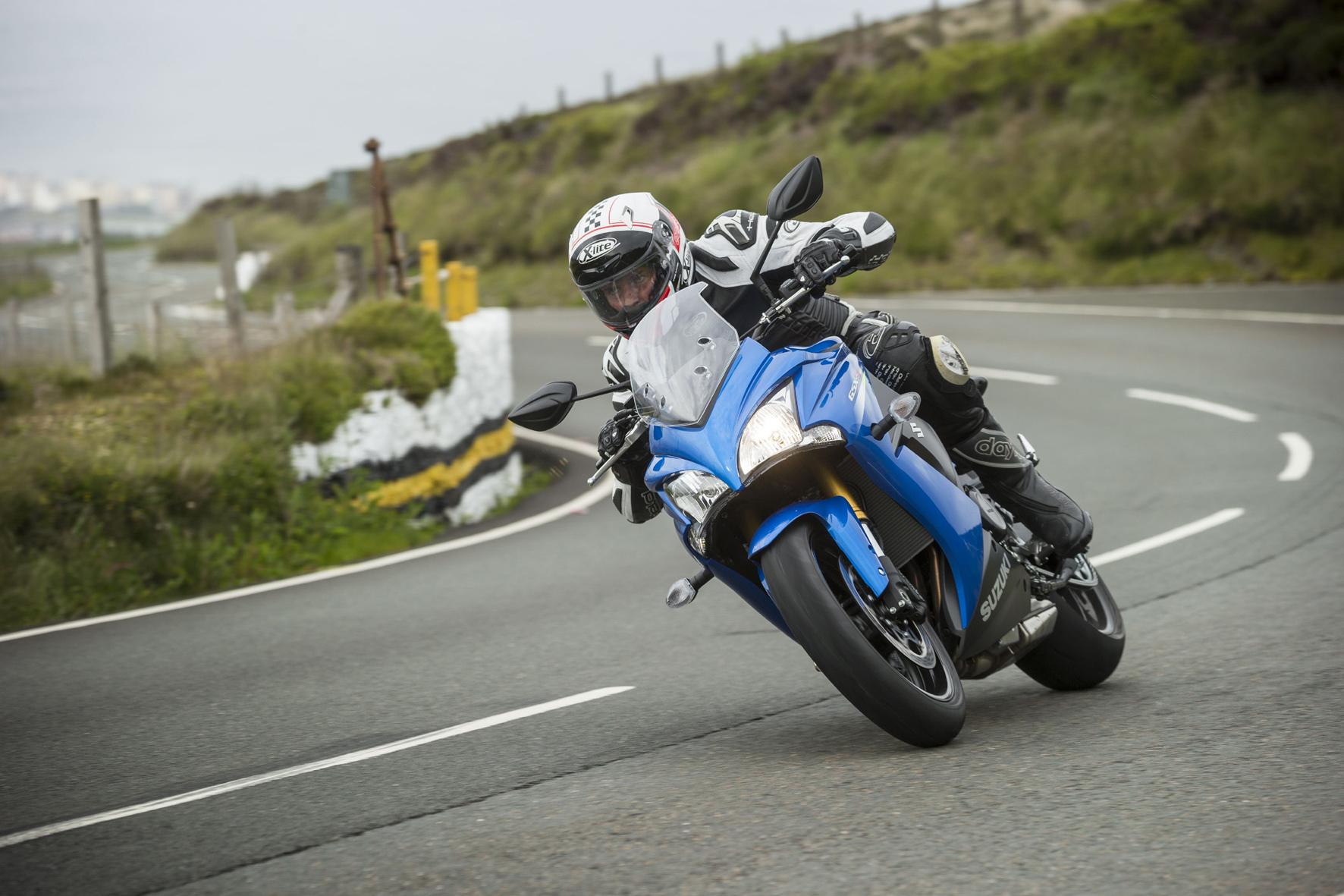 mid Isle of Man - Suzuki schickt mit der GSX-S1000F jetzt die vollverkleidete Variante seines Sportlers in der Einliter-Klasse an den Start.