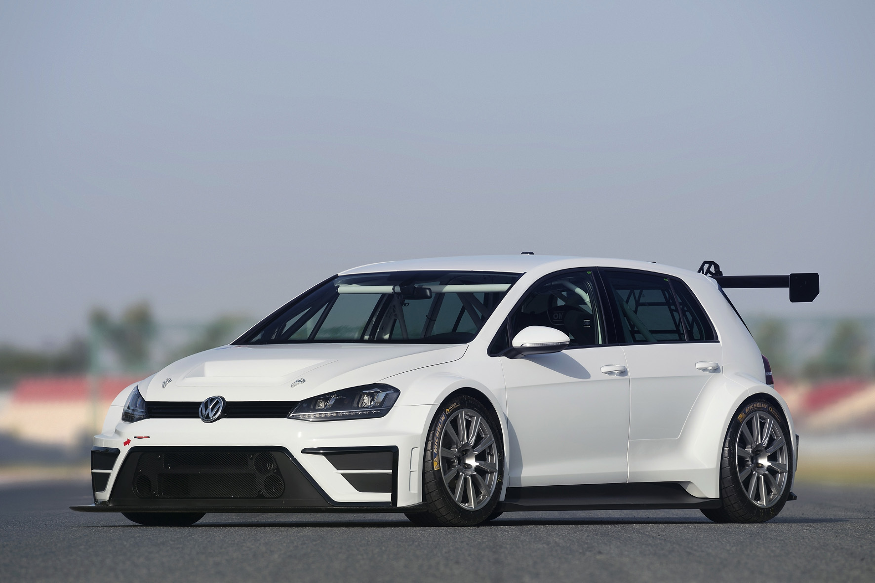 mid Düsseldorf - Tief, breit, stark: Der VW Golf für die Touring Car Racer International Series hat gegenüber der Serie ein um etwa 40 Zentimeter verbreiteres Fahrwerk und einen 2,0-Liter-Turbobenziner mit 330 PS unter der Haube.