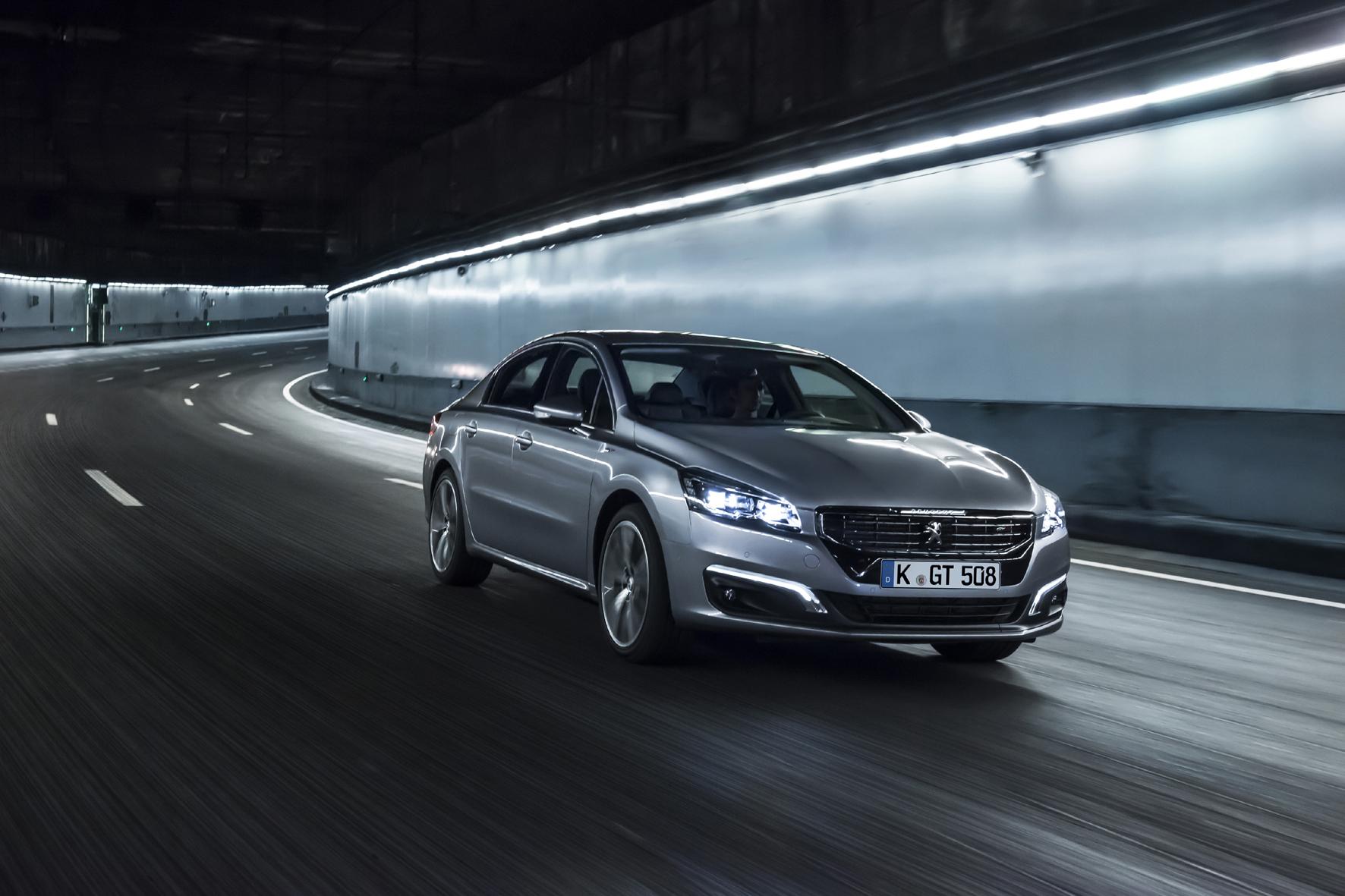 mid Düsseldorf - Der Peugeot 508 tritt nach der Modellpflege mit neuem Kühlergrill und geänderten Scheinwerfern in der oberen Mitteklasse an.
