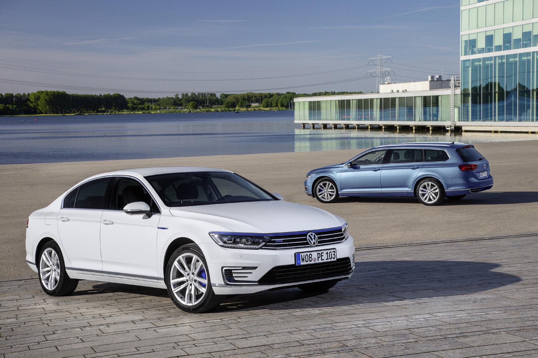 mid Amsterdam - Sparer und Sprinter zugleich: Der VW Passat GTE mit Plug-in-Hybridantrieb startet jetzt als Limousine und Kombi in der Mittelklasse durch.