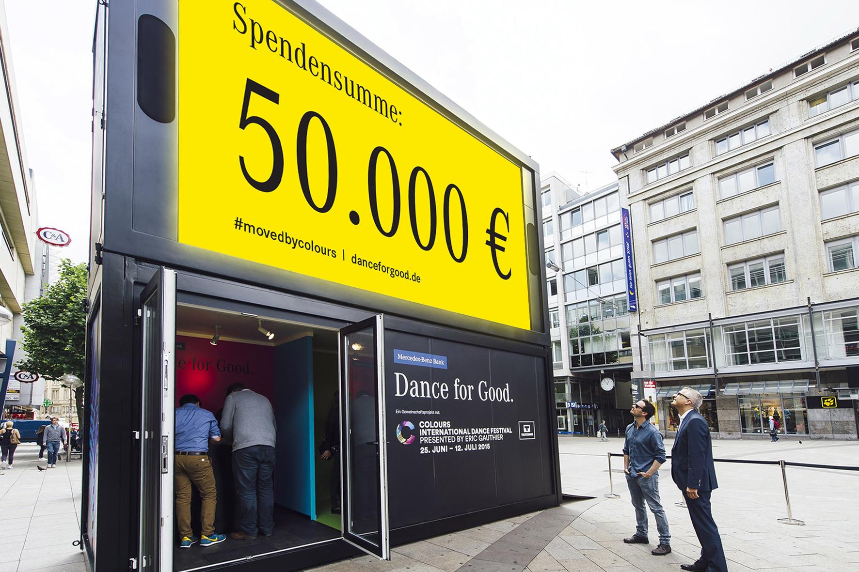 """mid Stuttgart - Die """"Tanz-Box"""" in Stuttgarts Innenstadt hat mehr als 6.000 Menschen angelockt, die bei der Aktion """"Dance for Good"""" der Mercedes-Benz Bank das Tanzbein geschwungen haben."""