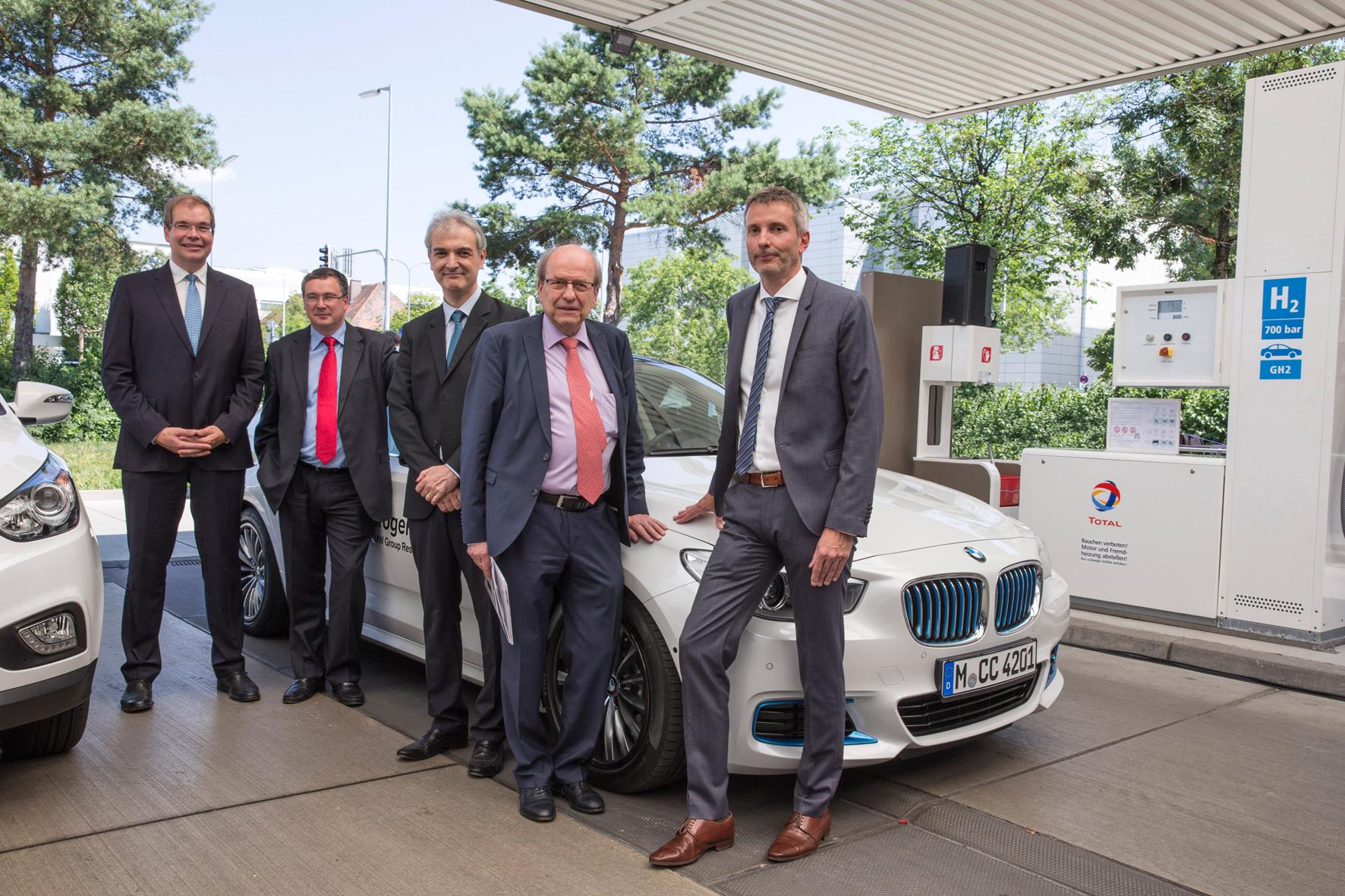 mid München - Zur Eröffnung der weltweit ersten Wasserstofftankstelle mit zwei Betankungssystemen angereist: v.l. Dr. Andreas Opfermann (Linde), Patrick Schnell (CEP), Guillaume Larroque (Total), Dr. Veit Steinle (BMVI) und Matthias Klietz (BMW).