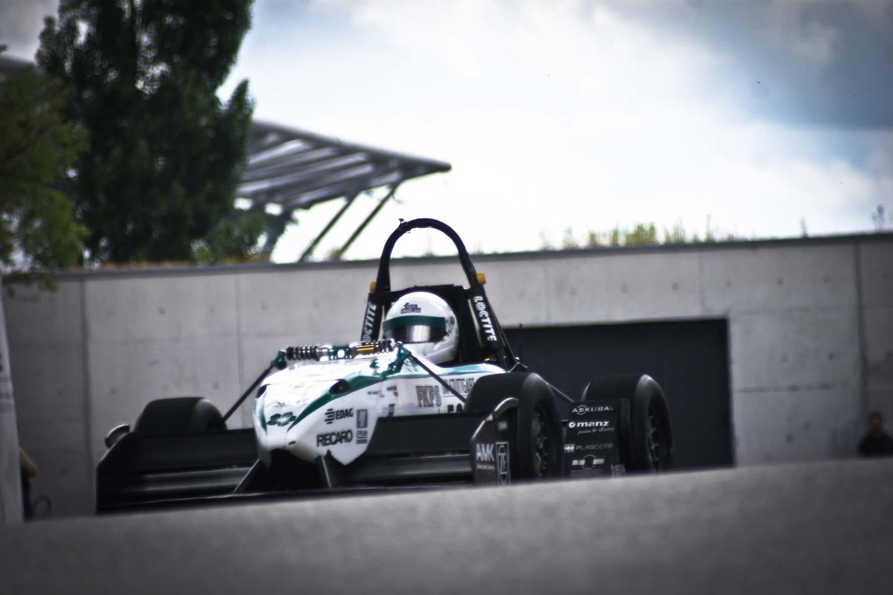 """mid Düsseldorf - Neuer Beschleunigungs-Weltrekord für E-Mobile: Herausgefahren hat diesen das Green Team der Uni Stuttgart der im Rahmen des """"Jade-Race"""" in Mariensiel bei Wilhelmshafen."""