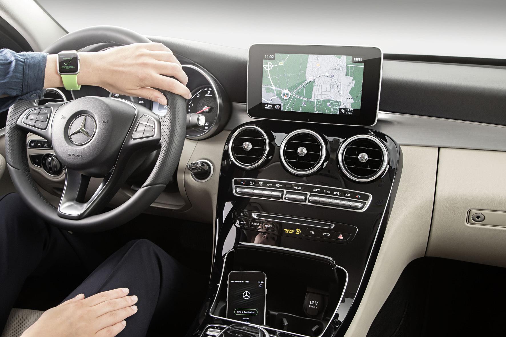 """mid Düsseldorf - Mit der neuen """"Companion-App"""" verknüpft Mercedes-Benz ab Herbst die Apple Watch mit den Infotainment-Systemen seiner Fahrzeuge."""