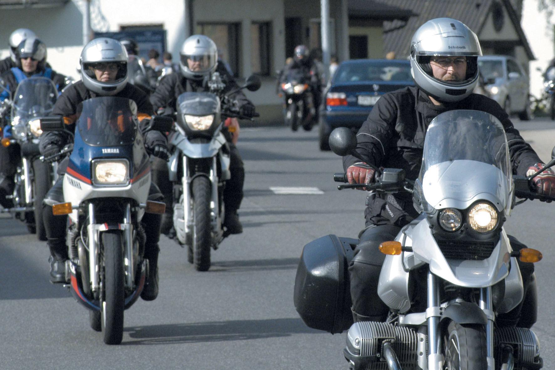 mid Düsseldorf - Gerade während der Sommermonate tummeln sich viele Motorradfahrer auf den Straßen, was zusätzliche Gefahren mit sich bringt.