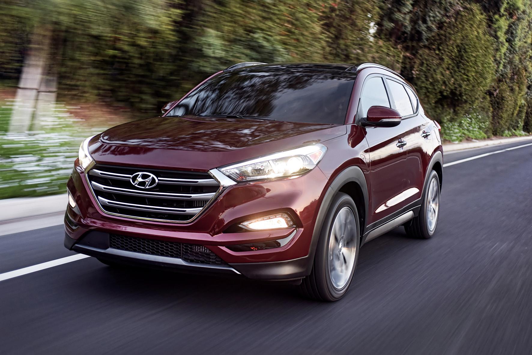 mid Frankfurt am Main/Rüsselsheim - Der neue Hyundai Tucson steht jetzt zu Preisen ab 22.400 Euro bei den deutschen Händlern. Mit großem Hexagonal-Kühlergrill und schmalen Scheinwerfern legt er einen imposanteren Auftritt hin als der Vorgänger ix35.