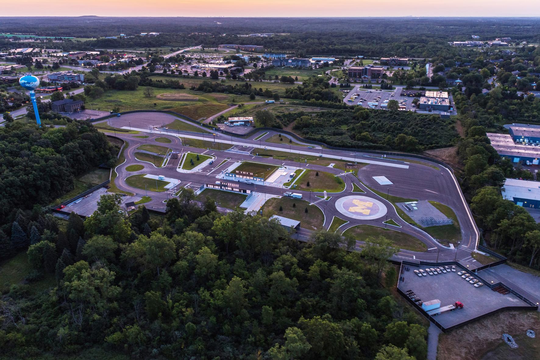"""mid Düsseldorf - Die Universität von Michigan hat jetzt ein 130.000 Quadratmeter großes Gelände zum Test autonomer Autos eröffnet. Das Straßennetz von """"M City"""" umfasst insgesamt rund acht Kilometer."""