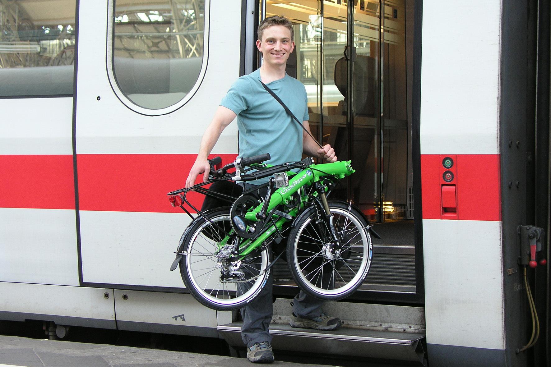 mid Düsseldorf - Nehmen Radler ihren Drahtesel im Zug mit auf Reisen ins Ausland, sollten sie eine internationale Fahrradkarte dabei haben.