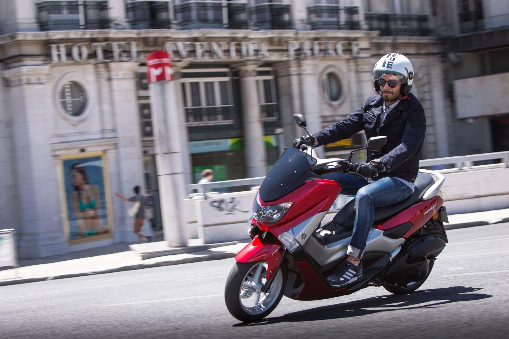 mid Lissabon - Quirliger 125er-Scooter zum Sparpreis: Der neue Yamaha NMAX überzeugt insbesondere im Stadtverkehr und ist bereits für 2.985 Euro zu haben.