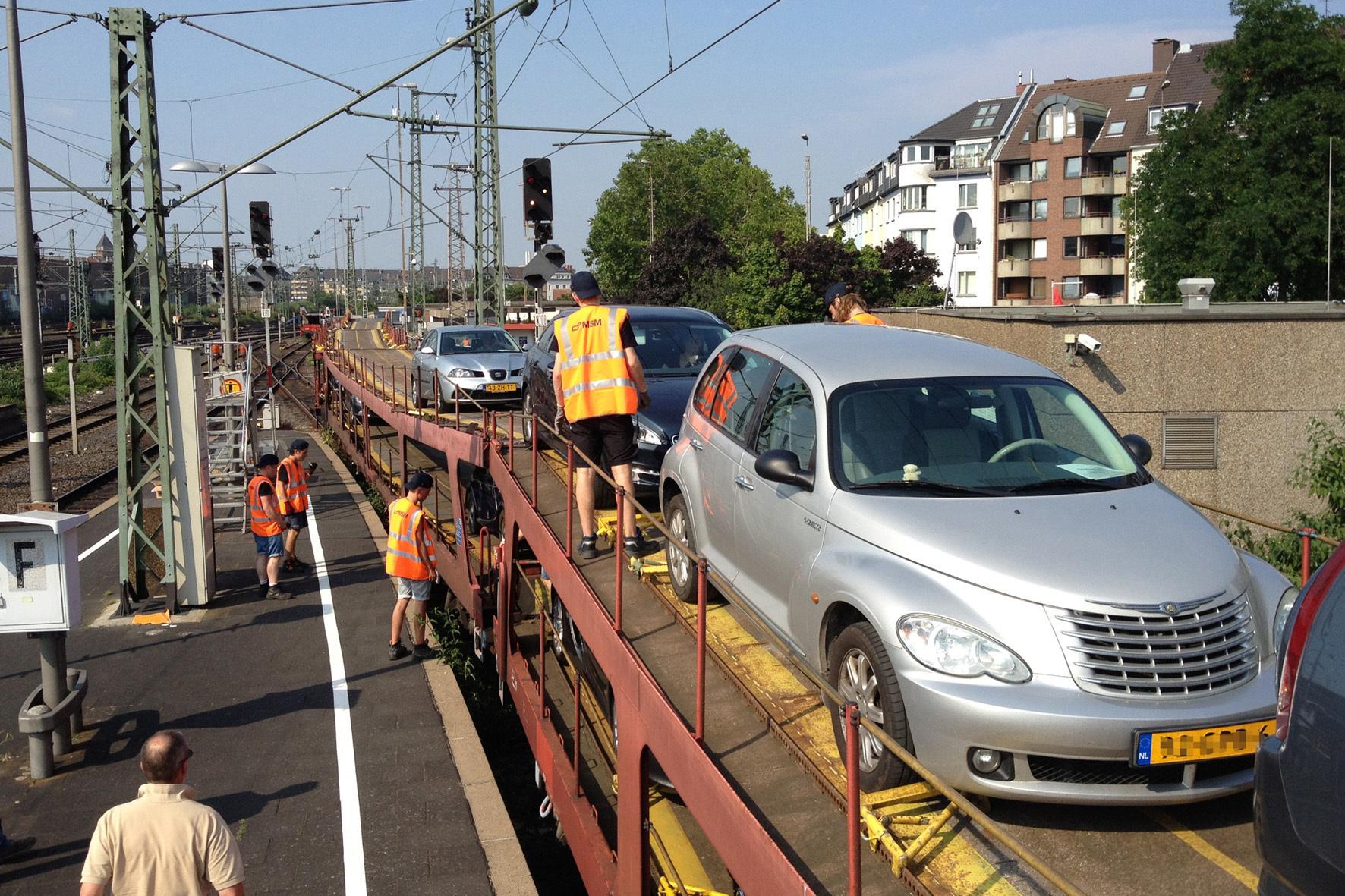 mid Düsseldorf - Entspannte Anreise und trotzdem am Urlaubsort mit dem eigenen Wagen mobil: Der Autozug macht es möglich.