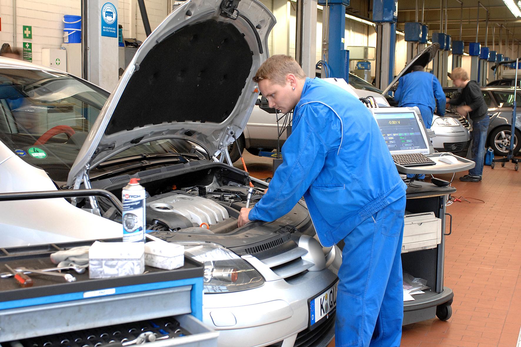 mid Düsseldorf - Mehr als 3.800 kleinere Kfz-Werkstätten in Deutschland werden laut einer Studie in den kommenden zehn Jahren voraussichtlich wegfallen.