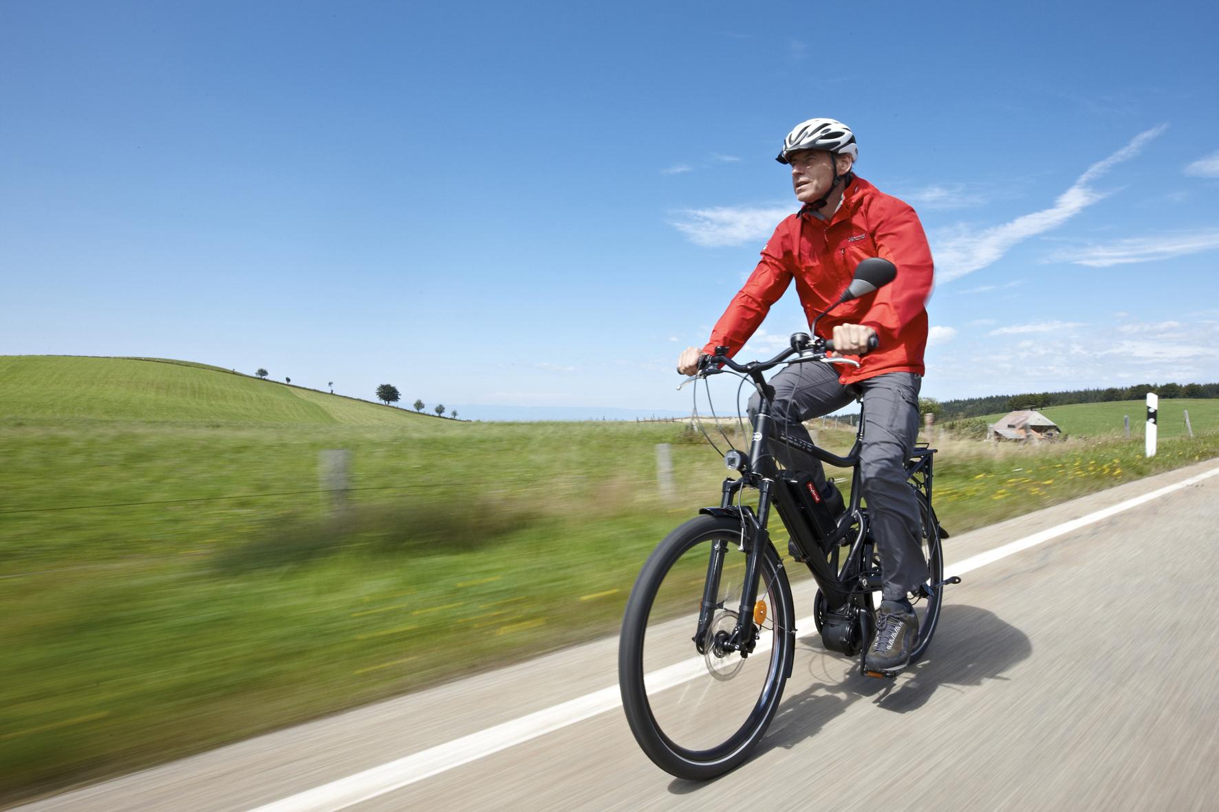 """mid Düsseldorf - Die bis zu 45 km/h schnellen """"S-Pedelecs"""" sollen künftig auch auf speziell gekennzeichneten Radwegen fahren dürfen."""