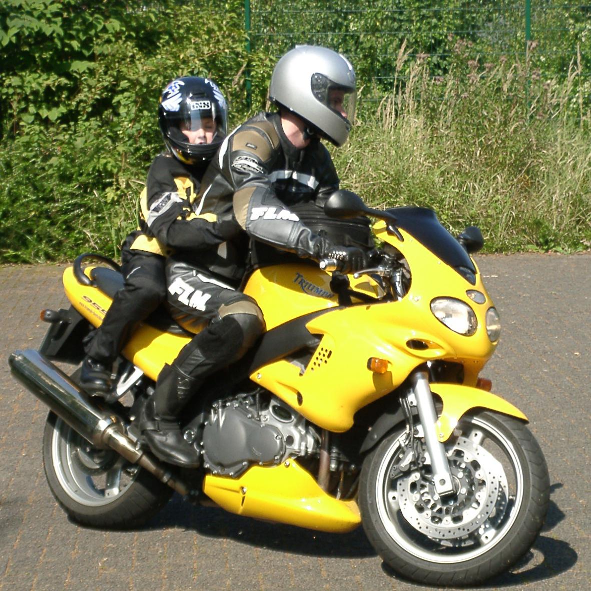 mid Düsseldorf - Mit der richtigen Ausrüstung dürfen auch Kinder mit auf Motorrad-Tour.