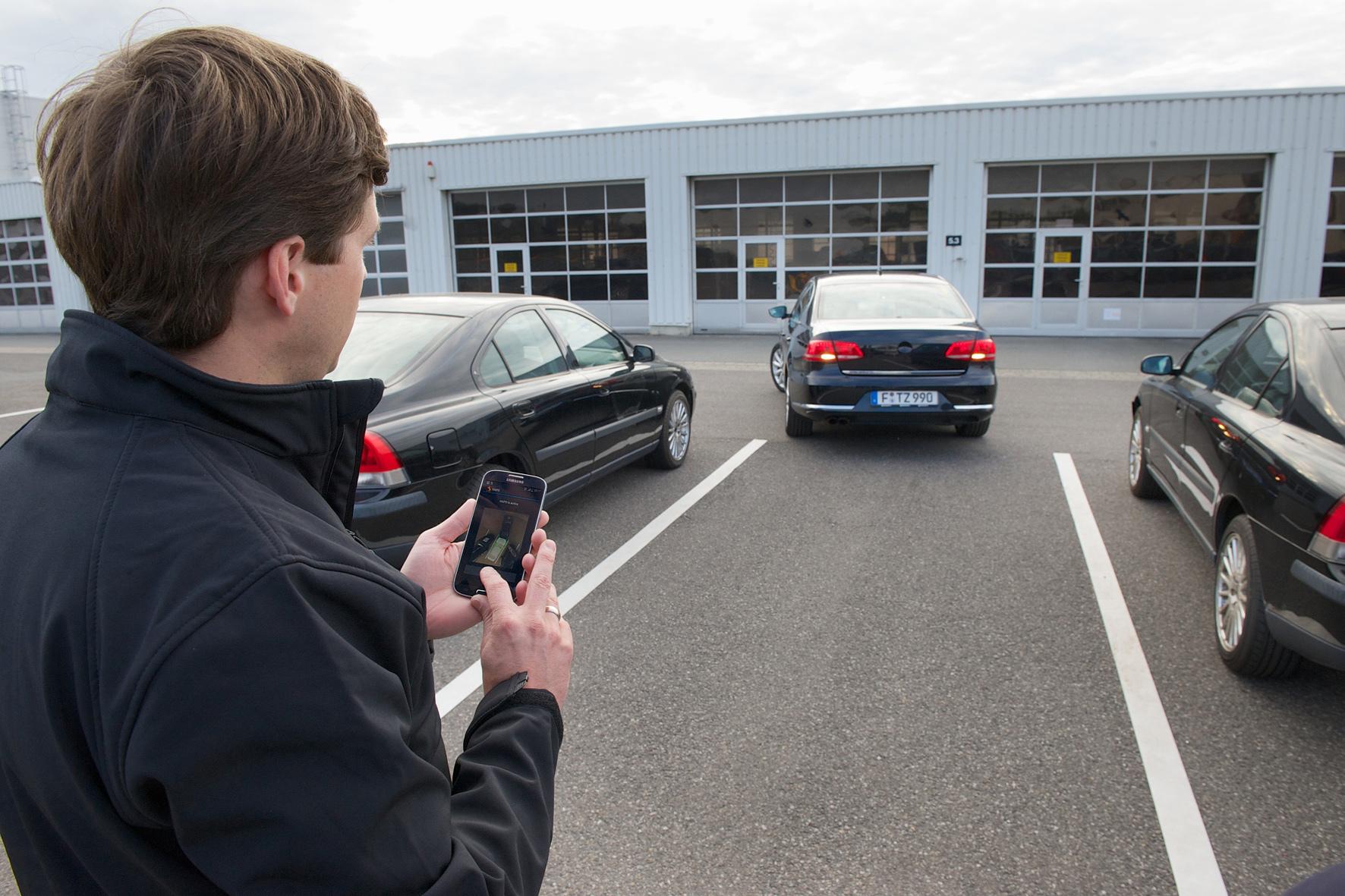 mid Düsseldorf - Mithilfe eines Kamera-gestützten Park-Assistenten fährt ein Versuchsauto von Continental komplett selbstständig auch in schmale Parklücken.