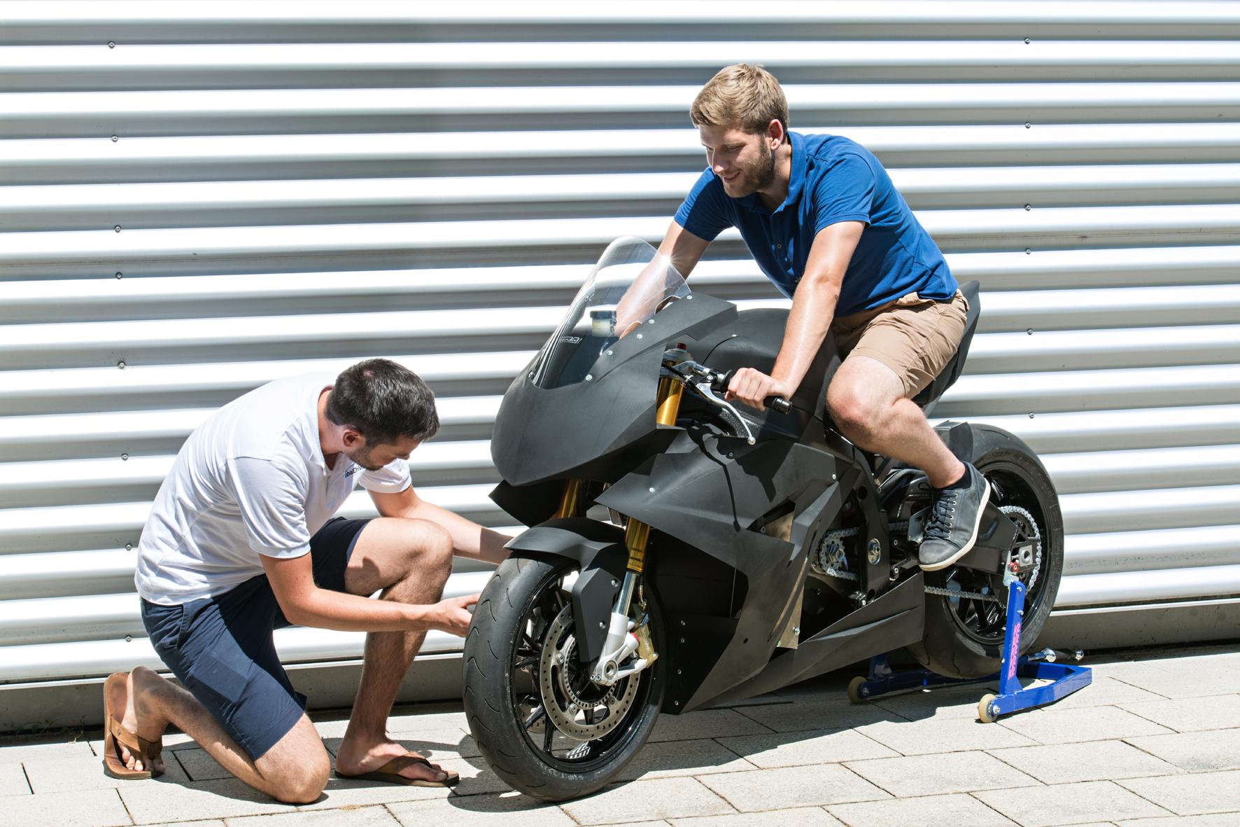 """mid Düsseldorf - Studenten aus Deutschland und China haben das Elektro-Rennmotorrad """"Torr"""" entwickelt und gebaut. Die Besonderheit: Sie bauten den Motor rückwärts ein."""
