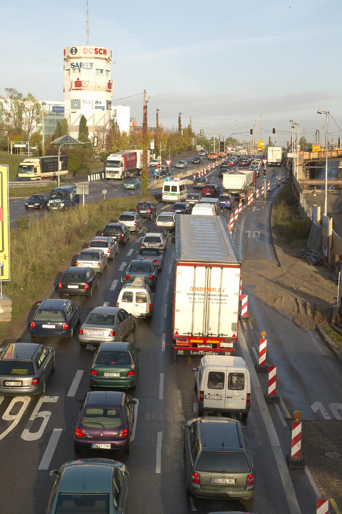 mid Düsseldorf - Stau-Angst: Knapp drei Viertel der deutschen Autofahrer setzen sich laut einer Umfrage zu Stoßzeiten wie dem Ferienbeginn oder an Wochenenden erst gar nicht ans Steuer.