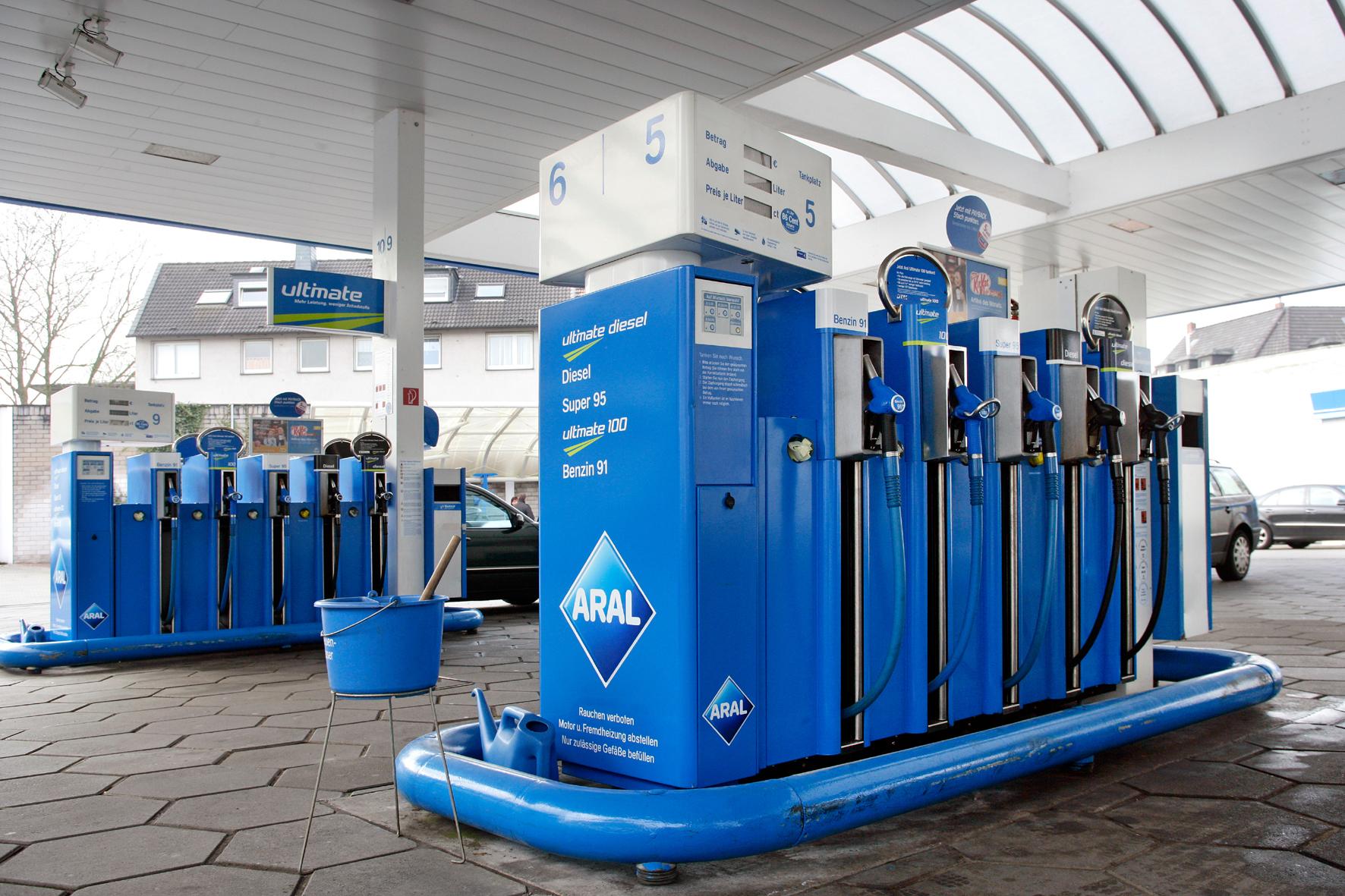 mid Düsseldorf - Benzin ist in Deutschland aktuell 27,2 Cent teurer als Diesel, obwohl die steuerliche Differenz bei nur 22 Cent liegt. Grund ist eine hohe weltweite Nachfrage von Otto-Kraftstoffen.