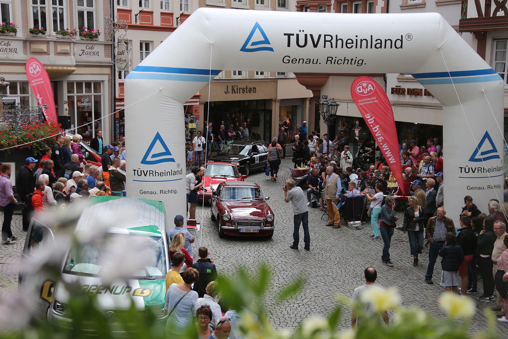 mid Bernkastel-Kues - Mit einer Vielzahl automobiler Pretiosen macht die Helden-Tour einen Zwischenstop auf dem historischen Markplatz des Mosel-Städtchens Bernkastel-Kues.