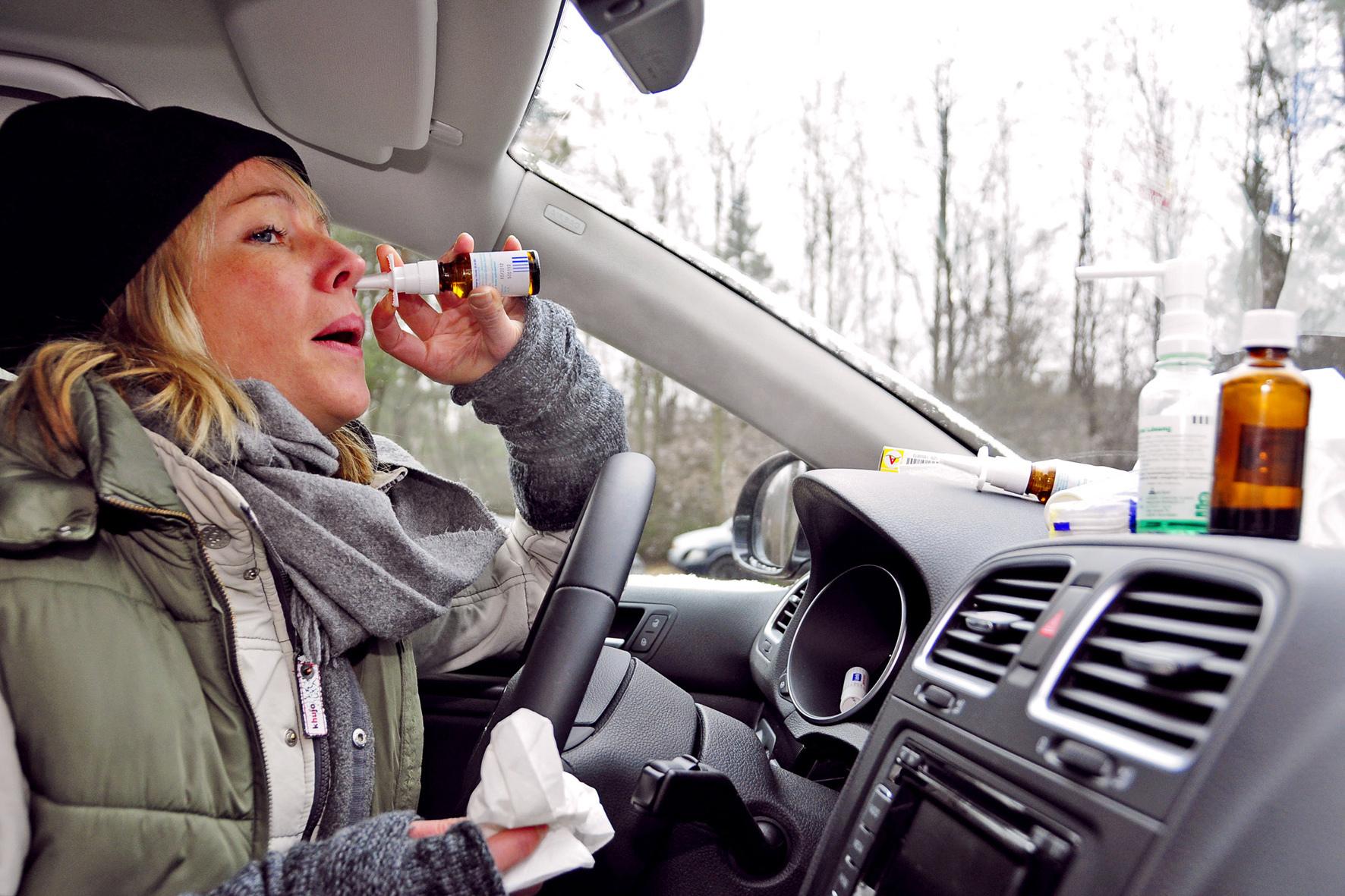 mid Düsseldorf - Medikamente beeinträchtigen die Fahrtüchtigkeit. So können etwa Nasensprays oder Hustensäfte die Reaktionsfähigkeit von Autofahrern verlangsamen.