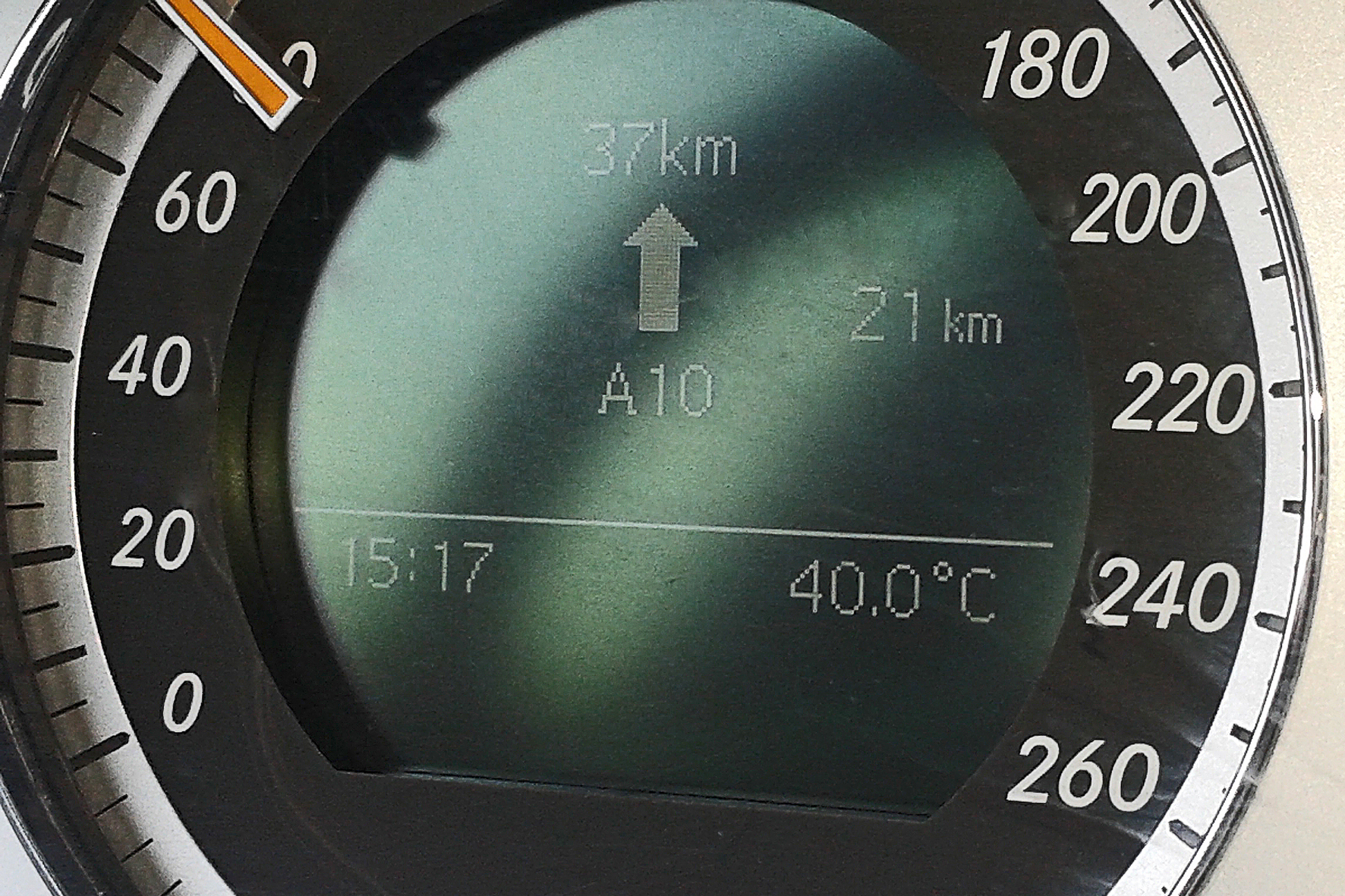 """mid Düsseldorf - 40 Grad und ein Pkw mit Winterreifen? Experten warnen: Das """"Aufbrauchen"""" von fast abgefahrenen Winter-Pneus im Sommer stellt ein erhebliches Sicherheitsrisiko dar."""