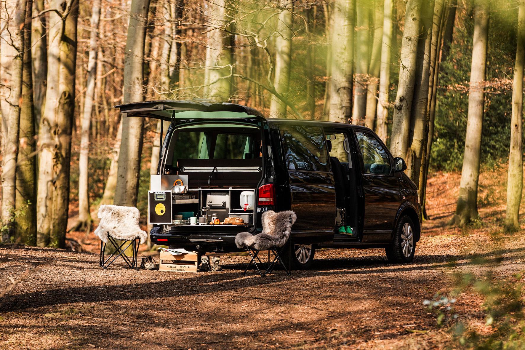 mid Düsseldorf - Simsalabim: Im Handumdrehen ist ein handelsüblicher Großraum-Van in ein Wohnmobil verwandelt.