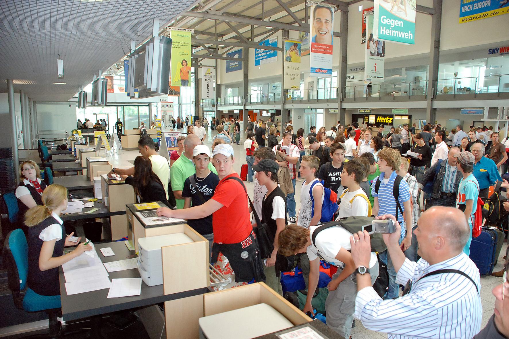 mid Düsseldorf - Bei Flugreisen zum Sparpreis kommt das böse Erwachen beim Check-in: Aufgabegepäck kostet bei Billig-Fliegern nämlich häufig extra.