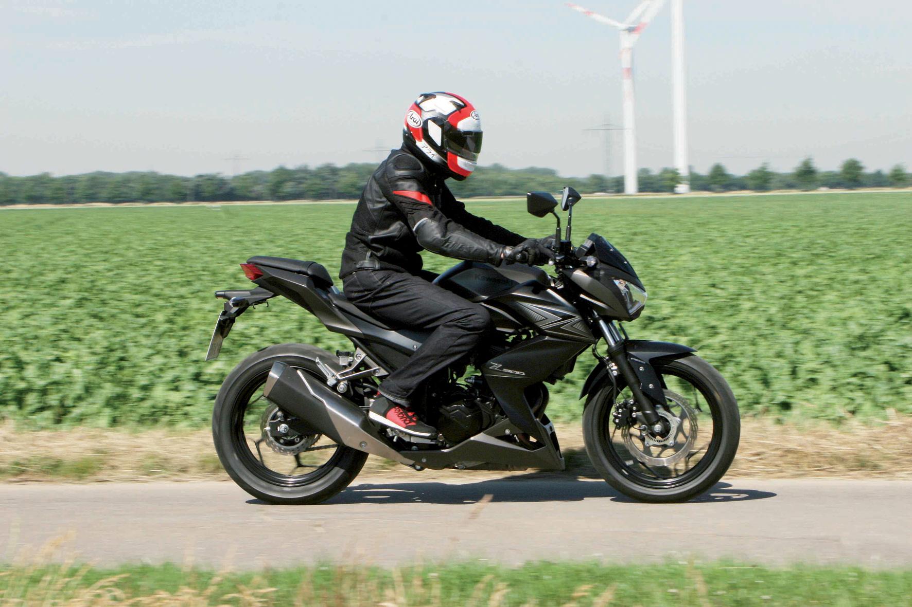 mid Friedrichsdorf/Taunus - Kawasakis neuestes Landstraßen-Bike Z300 wirkt wie ein ausgewachsenes Sportmotorrad. Mit ihrem 39-PS-Motörchen passt sie jedoch in die Motorrad-Führerscheinklasse A2, die für Neu- wie Wieder-Einsteiger gedacht ist.