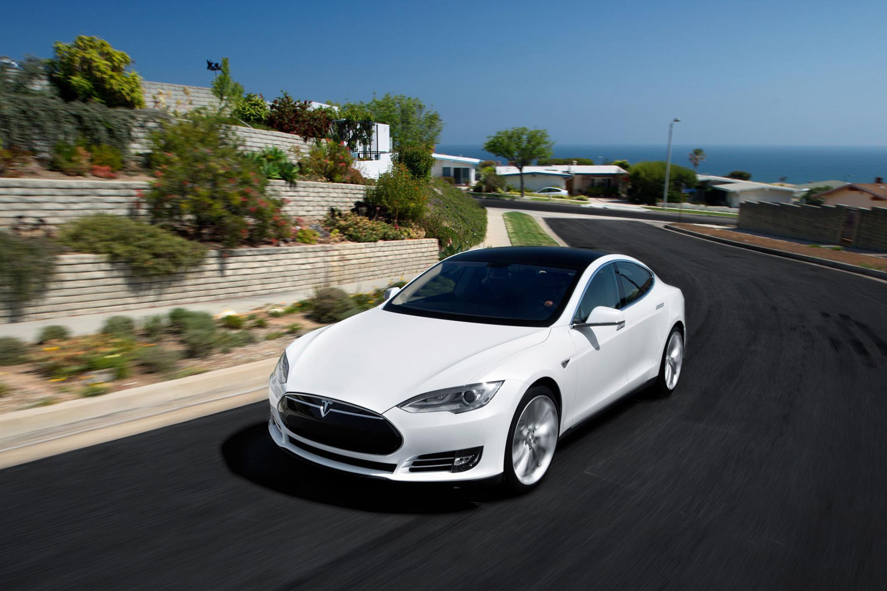 mid Düsseldorf - Auch Premium-Fahrzeuge wie die Elektro-Limousine Tesla Model S können von IT-Experten gehackt werden.