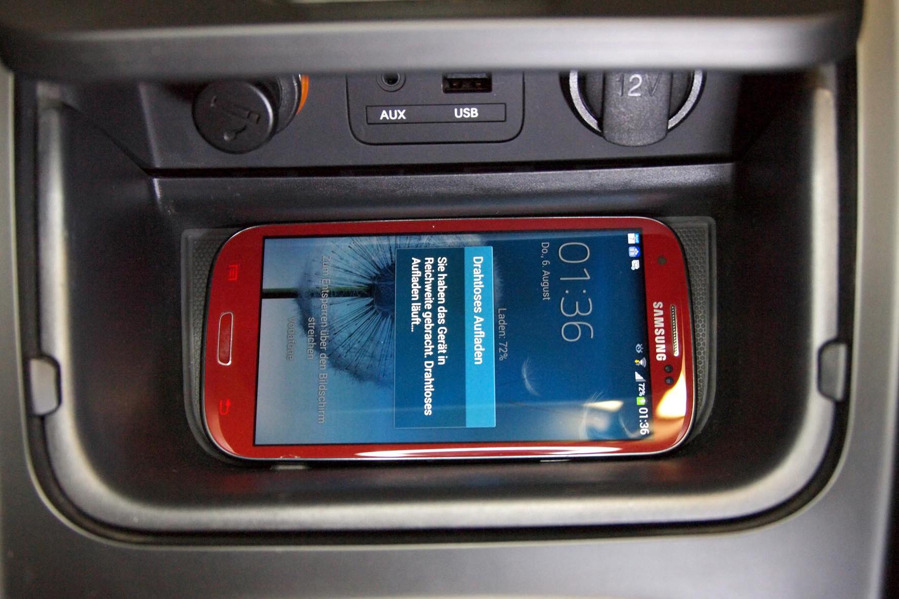 mid Frankfurt am Main - Für den neuen Ceed bietet Kia jetzt eine Ladeschale an, die ein kabelloses Laden von Smartphones ermöglicht.