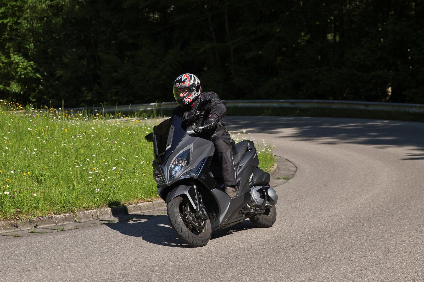 mid Düsseldorf - Vielzweck-Roller: Der Kymco Xciting 400i macht sowohl auf der Landstraße als auch in der Stadt eine gute Figur.